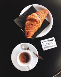 Espresso met een croisantje